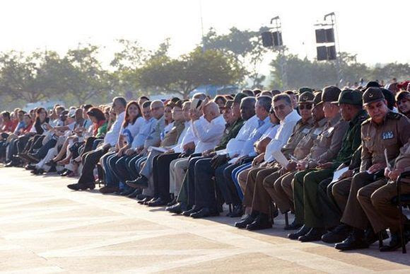 El General de Ejército Raúl Castro Ruz, Primer Secretario del Partido Comunista de Cuba y Presidente de los Consejos de Estado y de Ministros, preside, junto a miembros del Buró Político del Partido, del Secretariado del Comité Central y vicepresidentes del Consejo de Estado y de Ministros, dirigentes el Partid, del Estado, de la juventud y de organizaciones de masas, las FAR, el Minint, entre otros,  el acto político-cultural de homenaje al Guerrillero Heroico, en el aniversario 50 de  su caída en combate en Bolivia, y el aniversario 20 del regreso junto a su Destacamento de Refuerzo, en la Plaza Ernesto Che Guevara, de la ciudad de Santa Clara, en Villa Clara, el 8 de octubre de 2017.   ACN Foto: Arelys María Echeverría/ ACN.