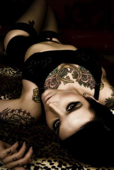 Garotas morenas tatuadas (32)