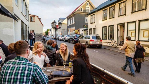Pessoas bebendo na Islândia