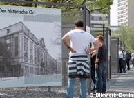 Visitantes informam-se sobre história da cidade sob o nazismo
