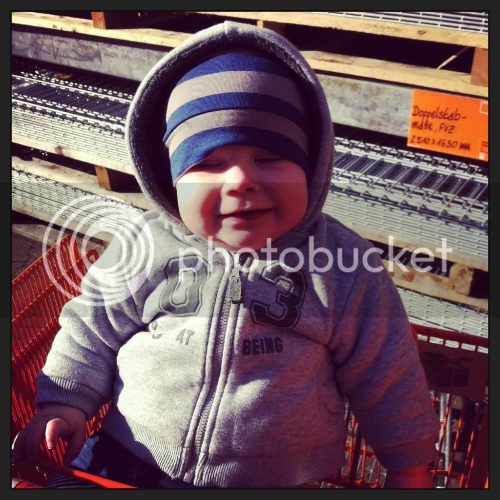 Baby im Baumarkt