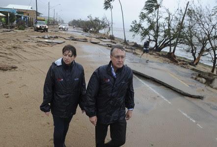 La primera ministra del estado de Queensland, Anna Bligh y el ministro del Tesoro, Wayne Swan, visitan una localidad afectada por el paso del ciclón Yasi, en Cardwell (Australia).