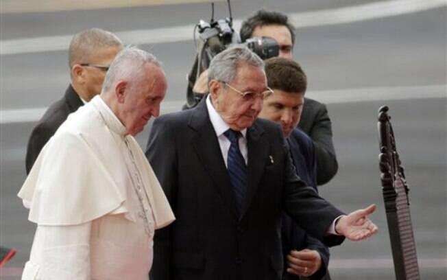 O papa Francisco é conduzido por Raúl Castro ao chegar a Havana, neste sábado (19). Foto: AP - 19.09.2015