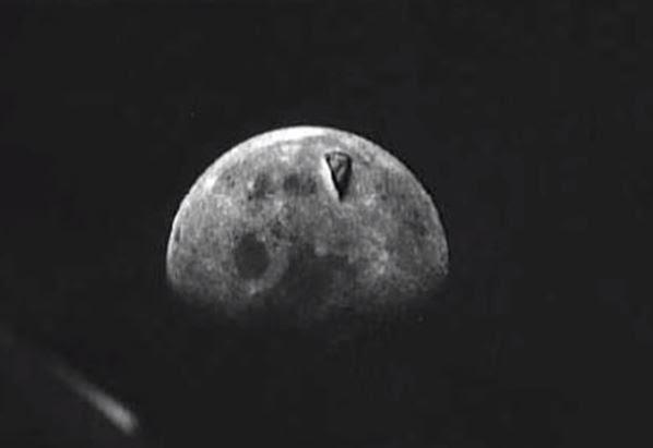 Foto tirada por astronautas da missão Apolo 8. Defeito no filme, ou algo mais misterioso?