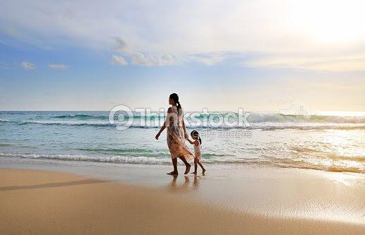 Silueta Embarazada Madre E Hija Caminando Juntos Por La Playa Al