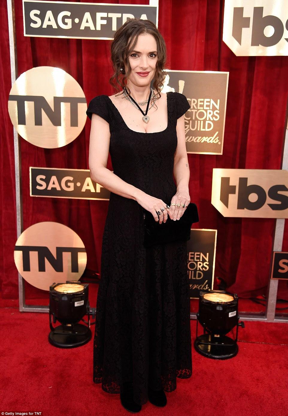 Beleza sem idade: Stranger Things estrela Winona Ryder manteve simples em um costume Ryan Roche vestido e seu cabelo em ringlets