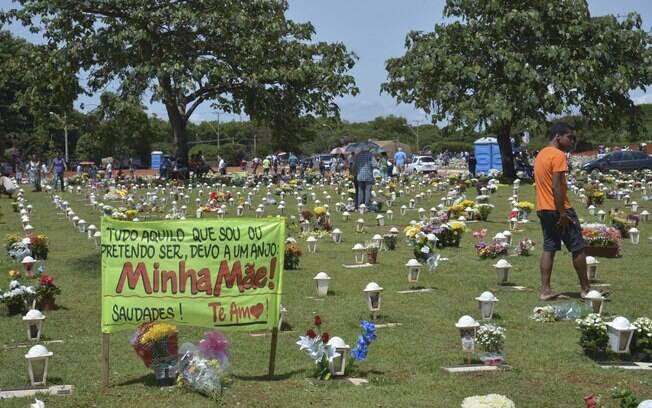 Em 2 de novembro, Dia de Finados no Brasil, pessoas lotam os cemitérios e deixam flores e objetos em homenagens aos parentes que já se foram. A data é um dia triste e de memória para muitos. Foto: José Cruz/ABr