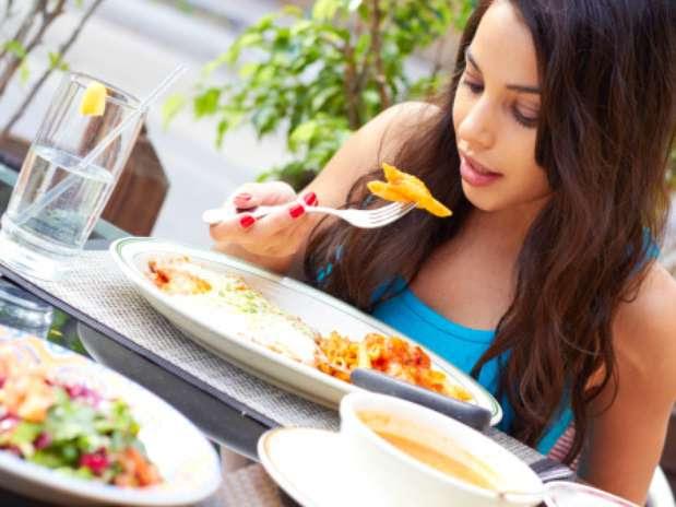 Estudo mostraque comer devagar e dar mordidas pequenas nos faz sentir menos famintos uma hora depois da refeição Foto: Getty Images