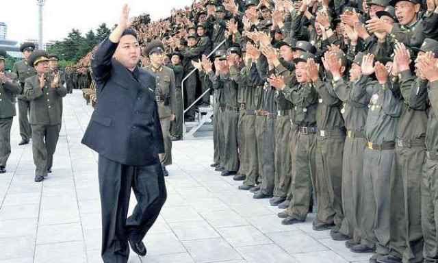 Egyszerű katonák ünneplik Kim Dzsong Un-t