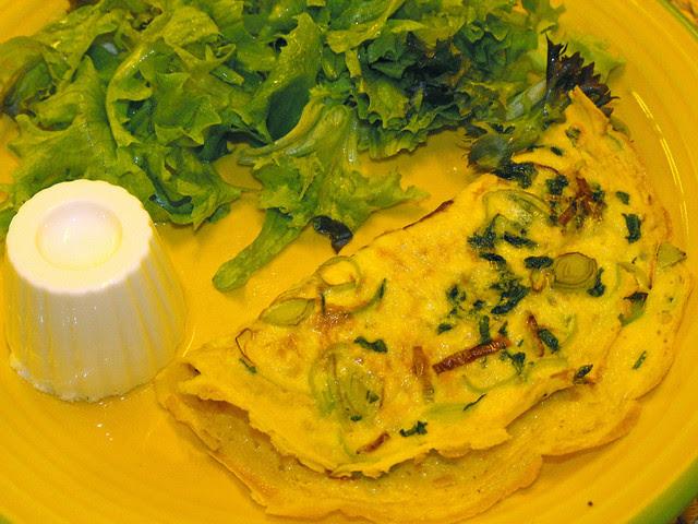 Tortilha de ovo com coentros e alho francês