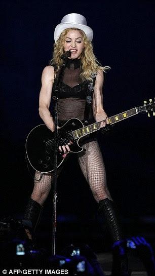 Chapéu alto e meia arrastão no palco em 2009