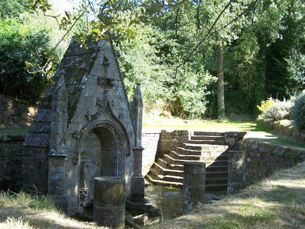 Guern, fontaine Notre-Dame de Quelven