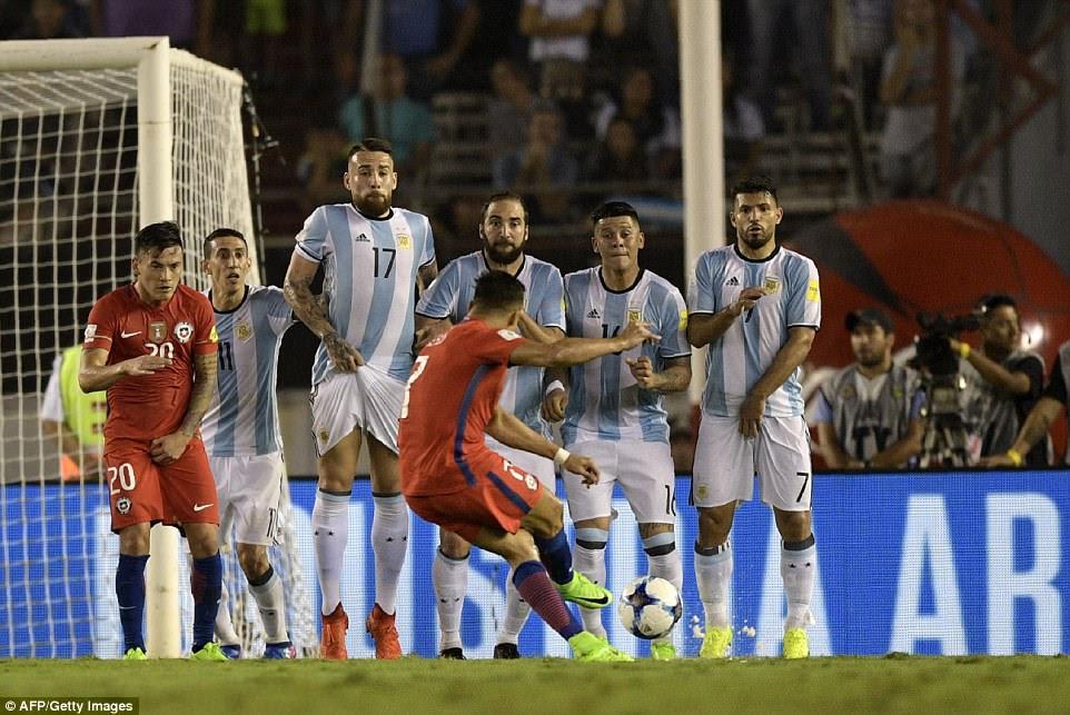 Arsenal estrella Alexis Sanchez dispara mínima libre directo en la pared en su intento de recuperar su equipo de nuevo en el juego