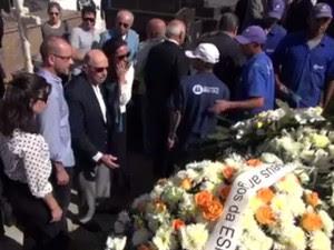 Familiares e amigos participaram do enterro (Foto: Reprodução/ TV Globo)