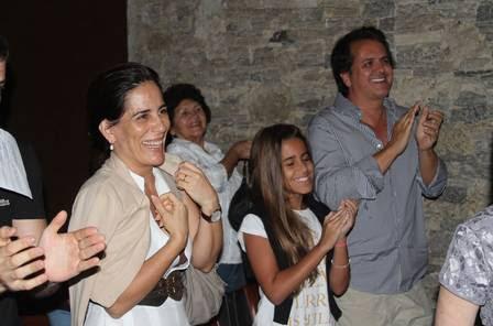 Com a mamãe coruja na plateia, filha de Glória Pires estreia no teatro