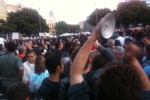 Multitudinària cassolada a la Plaça Catalunya de Barcelona