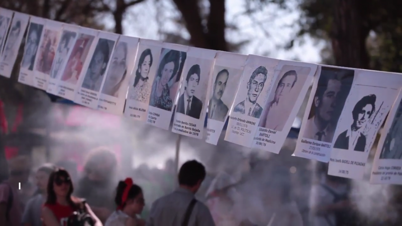 <p>Grupos de activistas se manifiestan con retratos de los torturados y desaparecidos en La Perla, durante el juicio en 2016.</p>