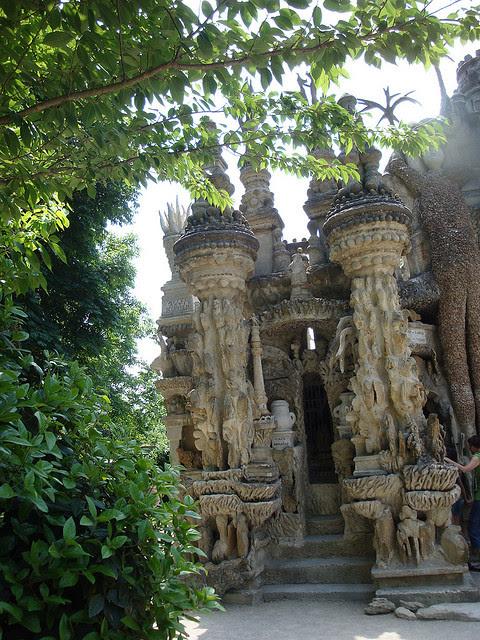 Лицевая левая часть дворца Шеваля. Фото