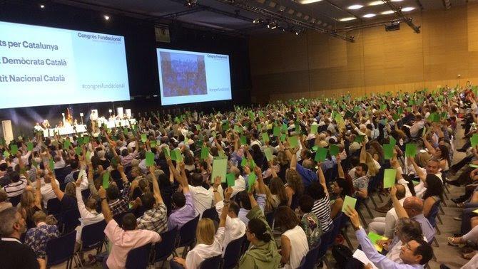 Els assistents al Congrés fundacional voten el nom de la nova Convergència