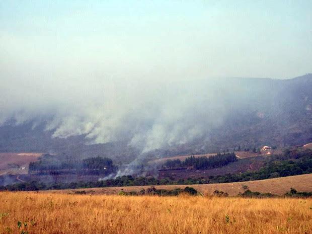 Fogo atingiu complexo turístico e deixou vítimas em Carrancas (Foto: Renato Rossi)