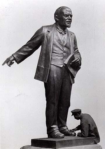 Lenin-szobor cipőjét pucolják
