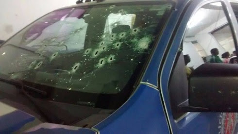 Parabrisa dianteiro do veículo policial recebeu vários disparos