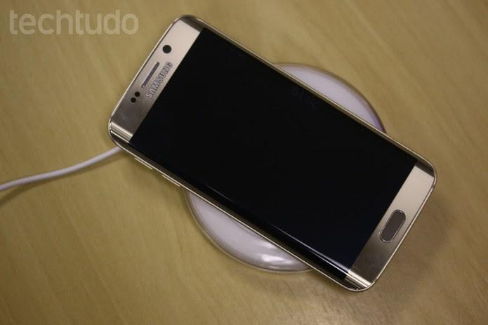 Usar celular enquanto está carregando não oferece riscos com carregadores regulamentados (Foto: Lucas Mendes/TechTudo)
