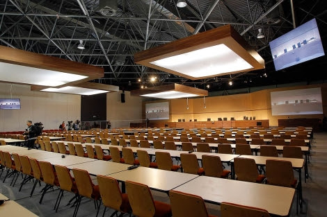 Una gran sala vacía del Palacio de Justicia de Marsella, con cientos de sillas para las demandantes.