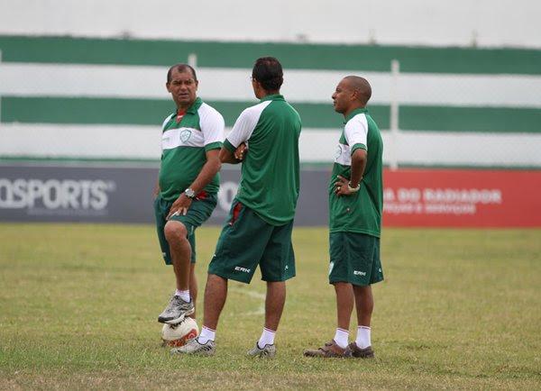 A comissão técnica do Alecrim busca a marcação de partidas amistosas na preparação para a temporada 2014