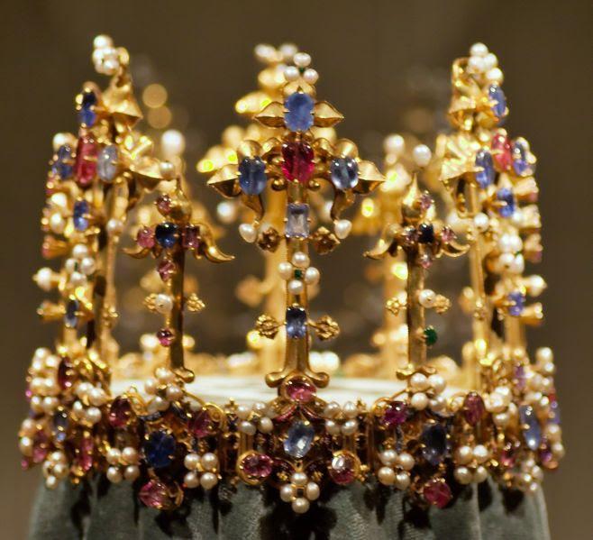 File:Schatzkammer Residenz Muenchen crown of an english queen 1370.jpg