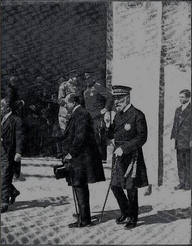 Alfonso XIII sale de la Sinagoga del Tránsito de Toledo (1913)