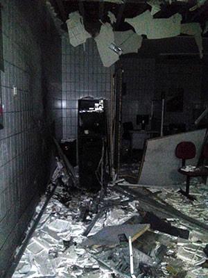 Terminal do Bradesco em Pendências ficou completamente destruído com a explosão (Foto: Aliny Borges)