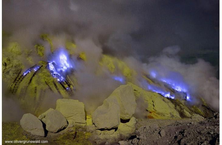 blue_flame_kawah_ijen_volcano_2