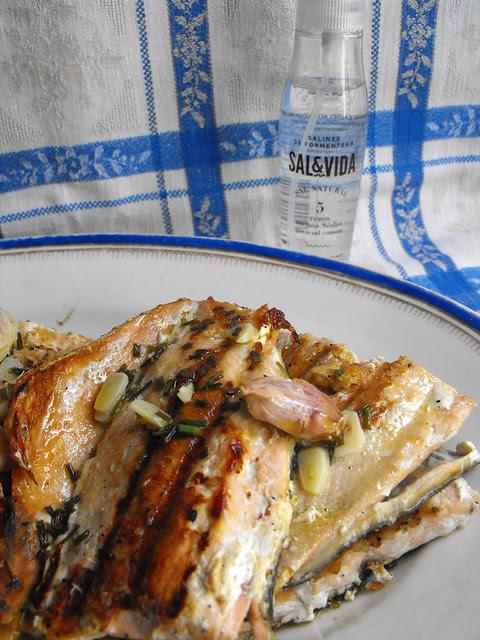 Salmão gralhado com molho de azeite e cebolinho