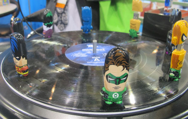 A fabricante de pendrives e leitores de cartão Mimoco apresentou durante a Consumer Electronic Show (CES) 2012 em Las Vegas, nos EUA, a nova versão dos acessórios temáticas de super-heróis da DC (foto), da Hello Kitty e da saga 'Star Wars'. Desse modo, personagens como o Lanterna Verde, Batman e o Coringa ganham edições 'fofas', com preços que variam conforme o espaço de armazenamento (Foto: Gustavo Petró/G1)