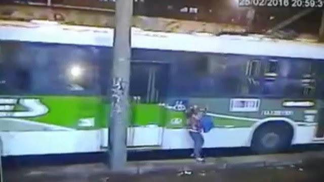 Ivone Correa desce do ônibus e logo se desequilibra. Segundos depois, seria atropelada