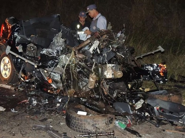 Carro em que as cinco vítimas estavam ficou completamente destruído em Magda (Foto: Arquivo pessoal/TEM Você)