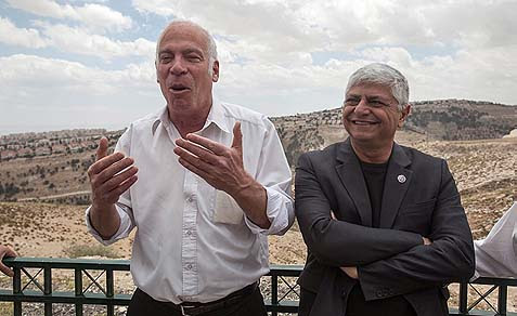 Minister of Housing and Construction Uri Ariel (L) and Mayor Benny Kasriel speaking to the press at the E1 area between Jerusalem and the Kasriel's town of Ma'aleh Adumim. A lot of talk – zero construction so far.