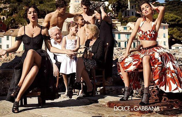 Que bella!  Ms Bellucci (à esquerda) é a imagem perfeita da Dolce & Gabbana Primavera 2012 Campanha que evoca uma cena típica família italiana
