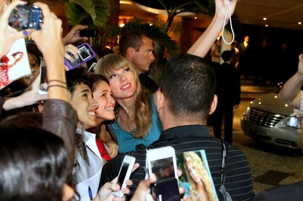 Taylor Swift atende fãs na porta do hotel, no Rio (Foto: Roberto Cristino e Marcello Sá Barreto / Foto Rio News)