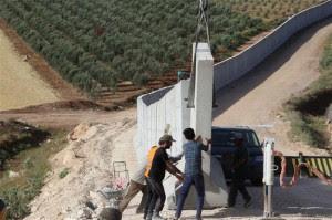 Τείχος στα σύνορα με τη Συρία κατασκευάζει η Τουρκία…