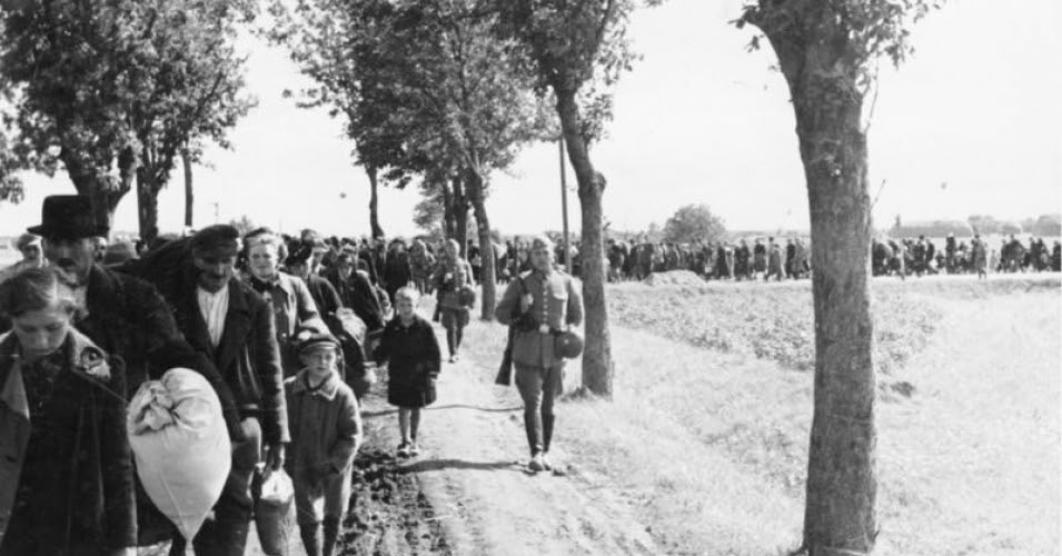 Expulsion from Reichsgau Wartheland. Poles are led to trains under German army escort, as part of the ethnic cleansing of western Poland annexed to the German Reich following the invasion. (Photo: Wikipedia / Wilhelm Holtfreter / CC-BY-SA 3.0)