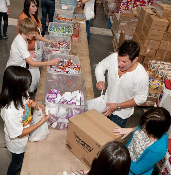 """Nick Lachey visits Three Square Food Bank during Winnit.com's """"Everybody Wins Tour"""""""