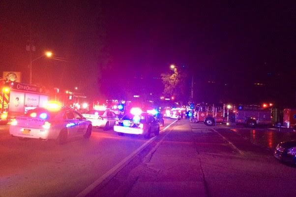 Carros de polícia chegam à boate Pulse, na Flórida. Atirador matou pelo menos 50 pessoas (Foto: AFP PHOTO /  Orlando Police Department)