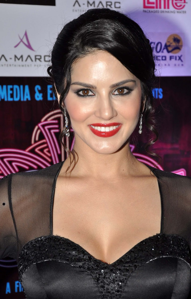 Sunny-Leone-Shah-Rukh-Khan-At-Jackpot-Movie-Premiere-Show-Image-Pictures-2