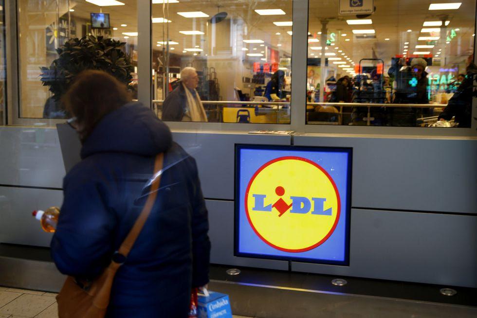 una mujer pasa frente a un supermercado Lidl