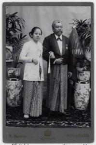 Kartini bersama Raden Adipati Djojoadiningrat. Sumber foto: KITLV DIgital Media Library (http://media-kitlv.nl/all-media/indeling/detail/form/advanced/start/10?q_searchfield=kartini)