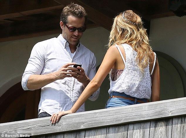 Zaman Down: Kimin sendika ile Blake ikinci evliliği olan Ryan, onun mavi gömlek ve kot rahat görünüyordu
