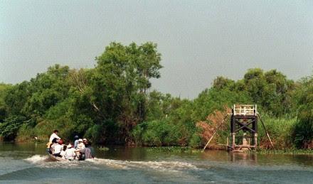 (Archivo) Pescadores cerca de un pozo petrolero en Centla, Tabasco. Foto: Ulises Castellanos
