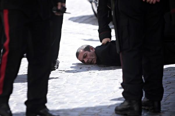 Homem acusado de disparar contra a polícia é preso na Itália. Disparos ocorreram no momento da posse do novo primeiro-ministro, Enrico Letta (Foto: /Mauro Scrobogna/AP)